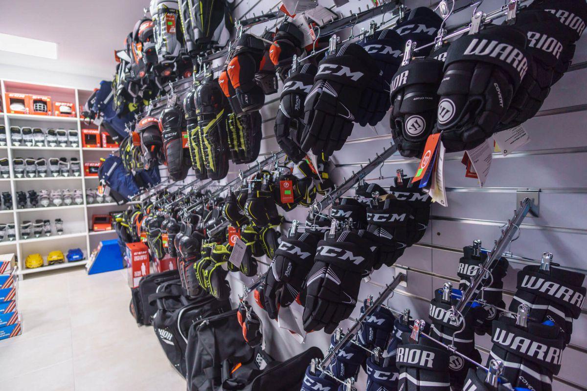 fc9296d6d75fb Na predaj kompletná hokejová výstroj, rukavice, chrániče, prilby, vesty,  nohavice atď ...