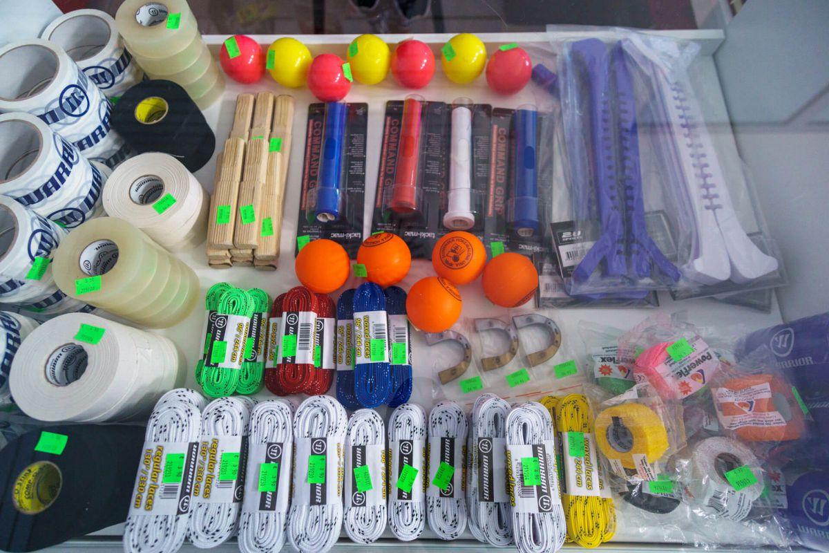 bf55ac9c788a8 ... V predaji aj hokejové doplnky šnúrky do korčúľ, chrániče korčúľ,  nadstavby hokejky, pásky; Veľký výber hokejových ...